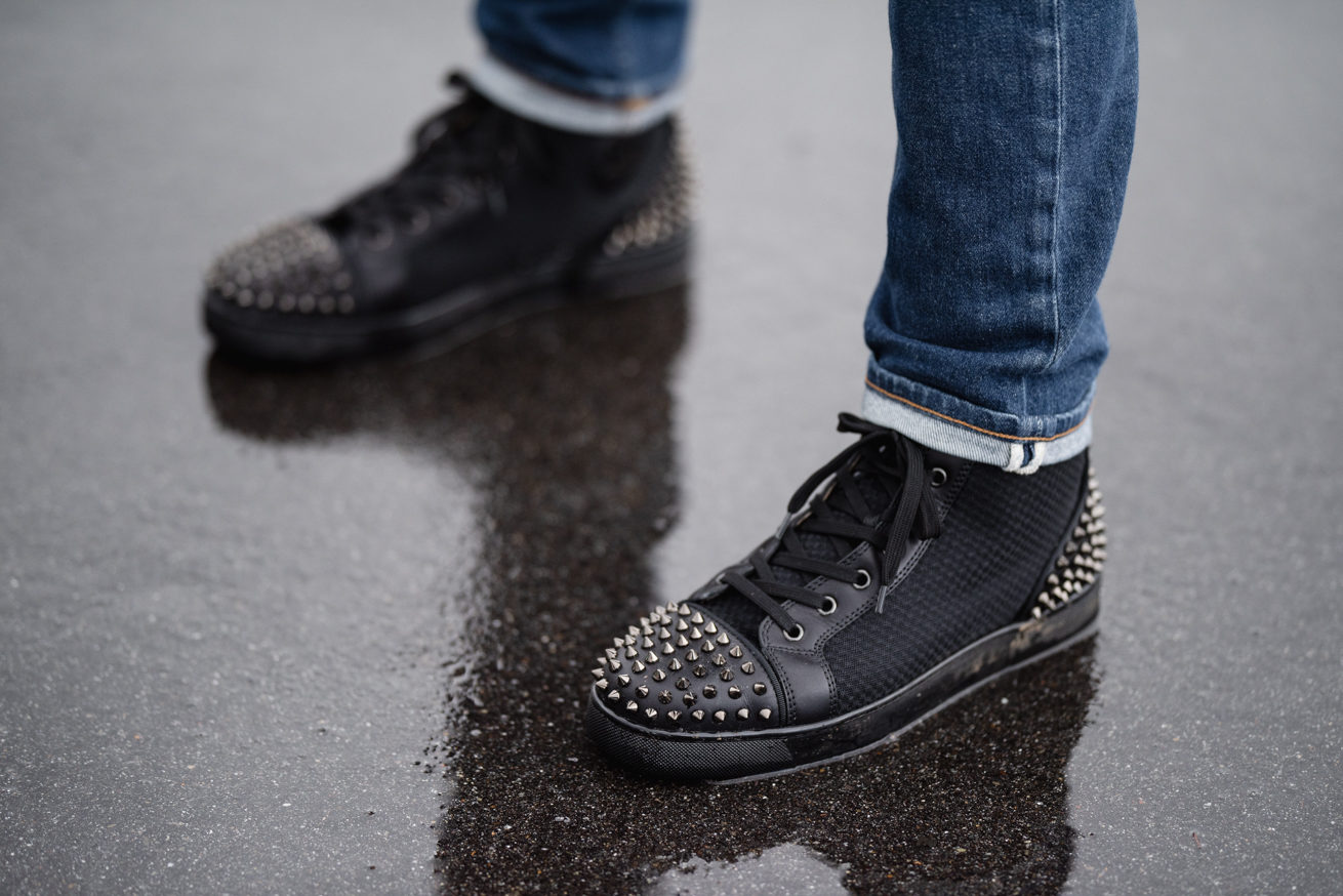 クリスチャン・ルブタンのスタッツが付いている黒い靴