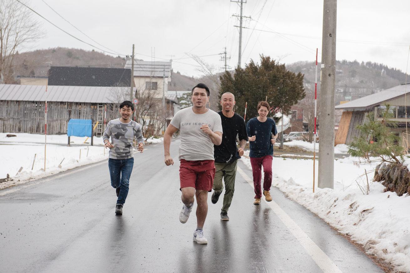 道路を走る4人