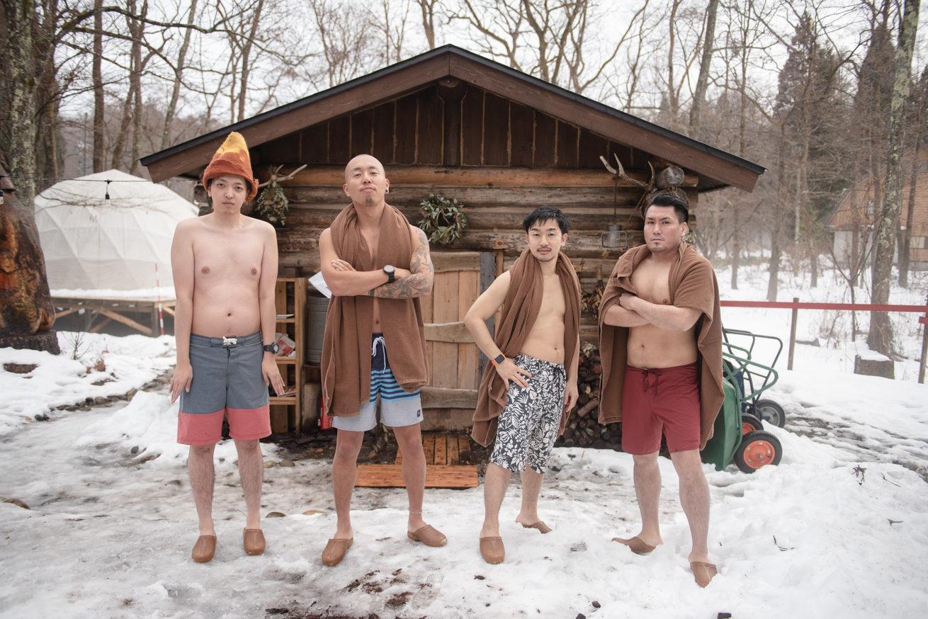 The Saunaの前に横一列に並ぶ4人