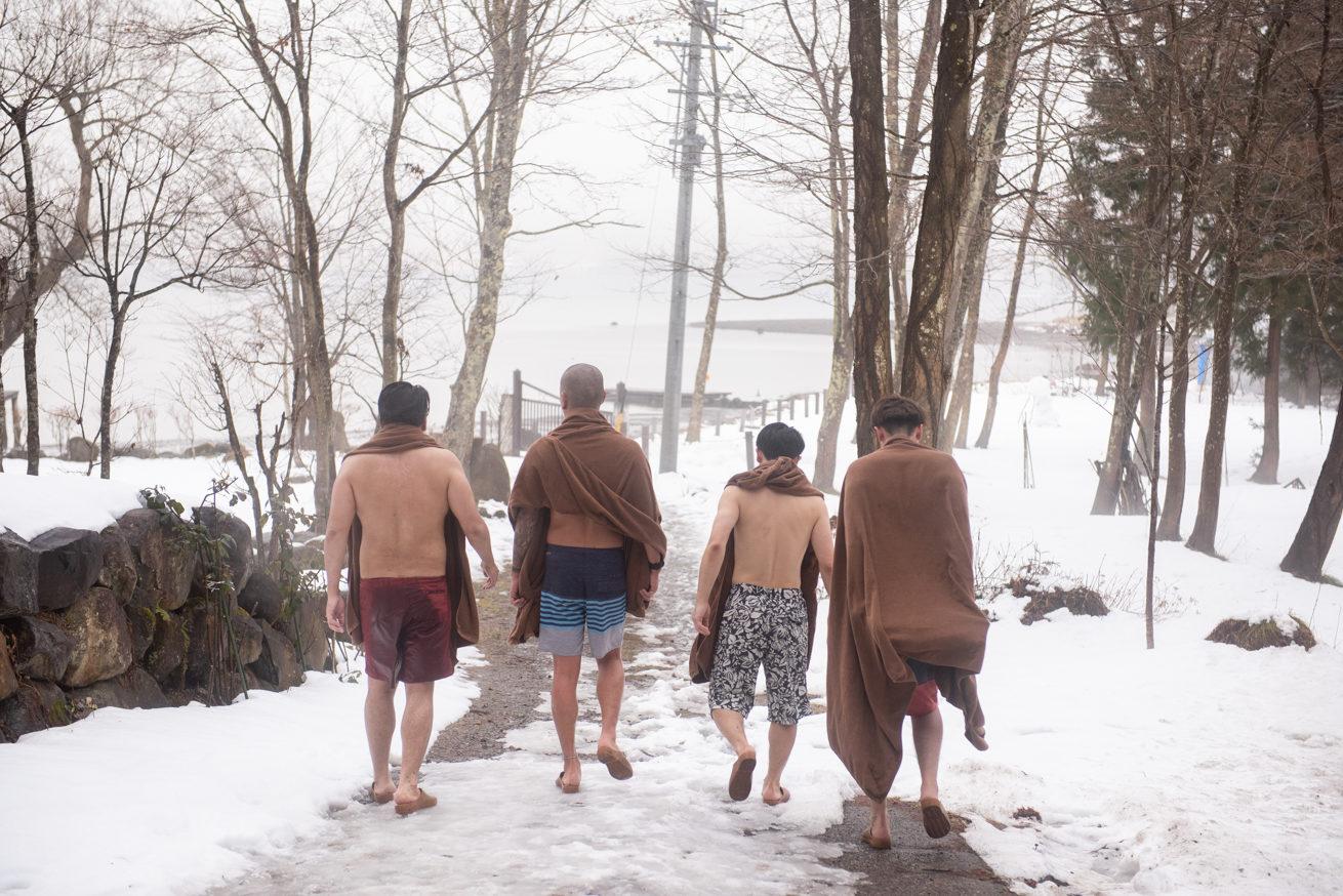 野尻湖へ向かう4人