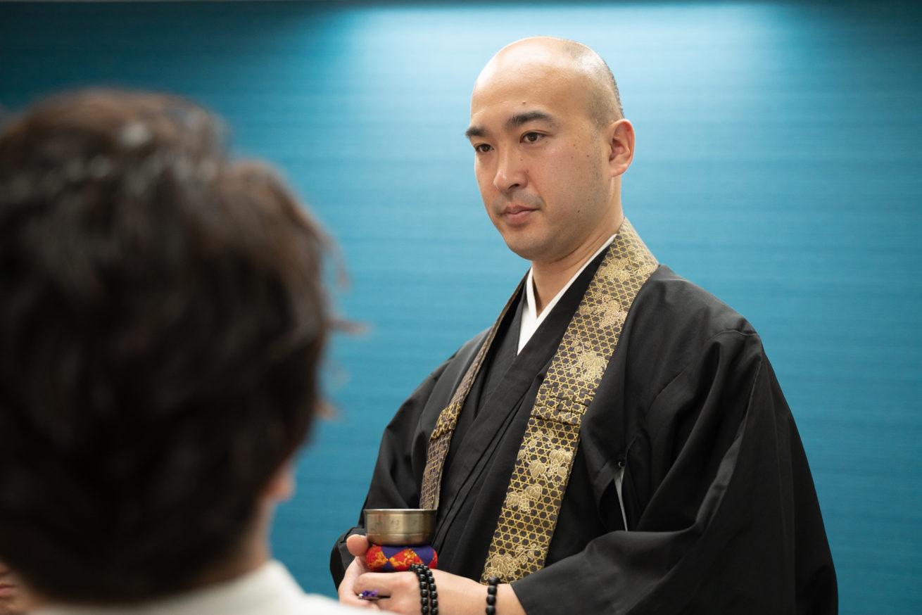 渡邊さんの横に立つ僧侶