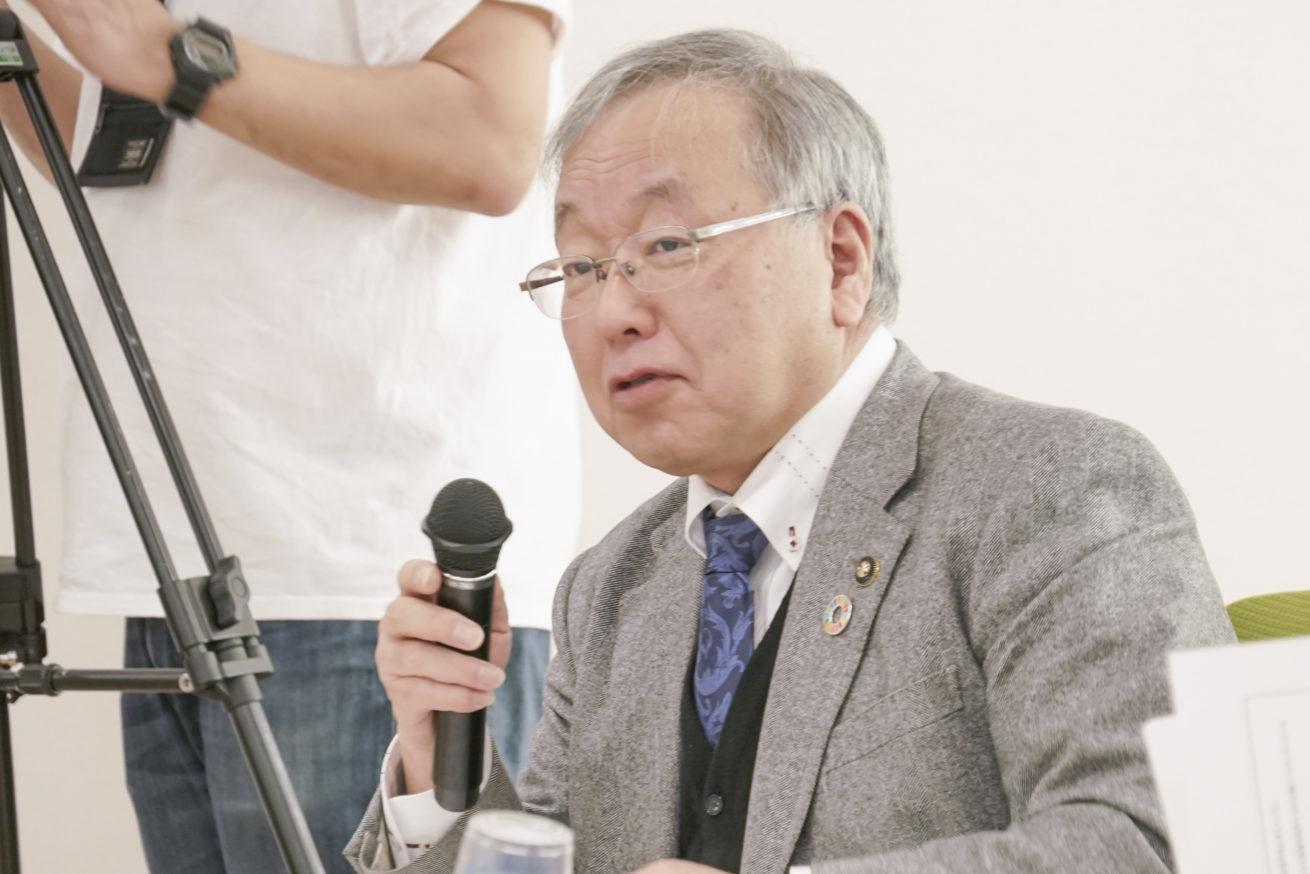 池田市長がマイクを持って話をしている