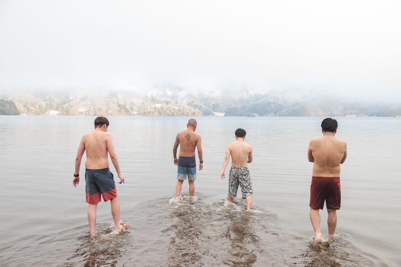 野尻湖に入っていく4人