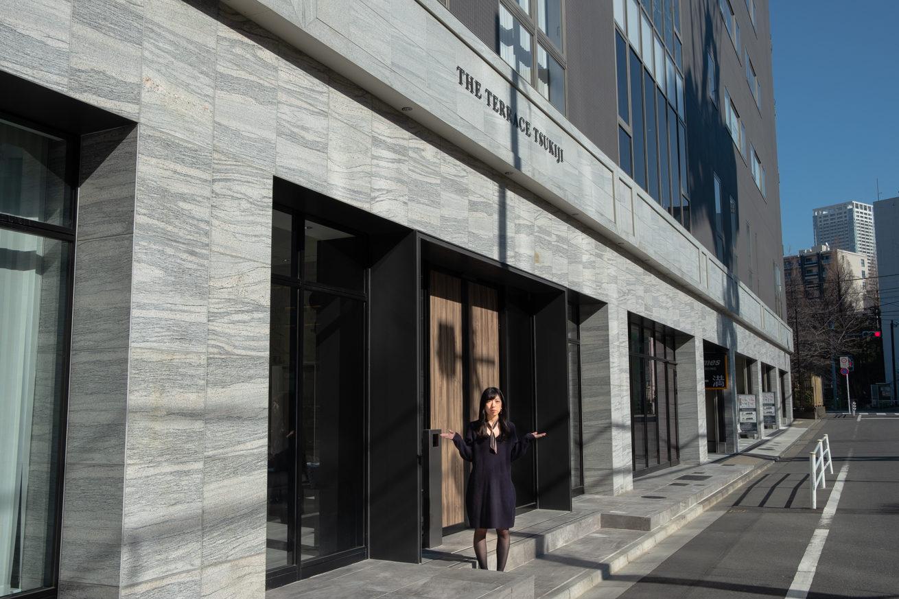 東京本社のオフィス玄関前