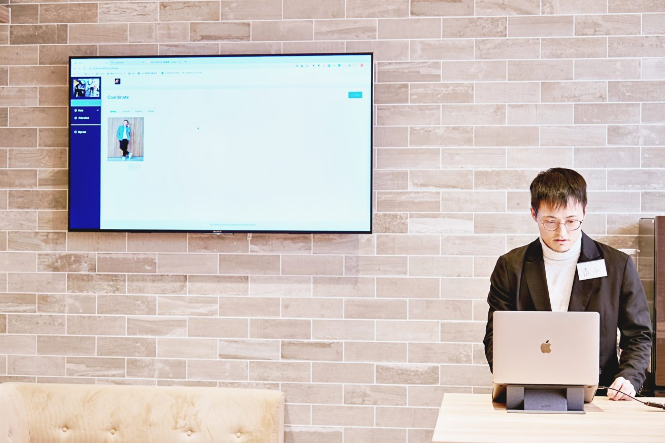PCの画面を見ながら説明する清水さん