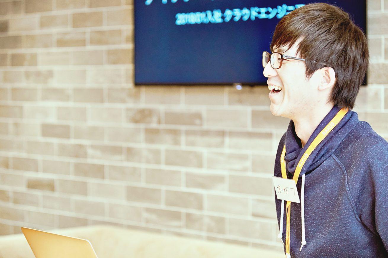 笑顔で話す小川さん