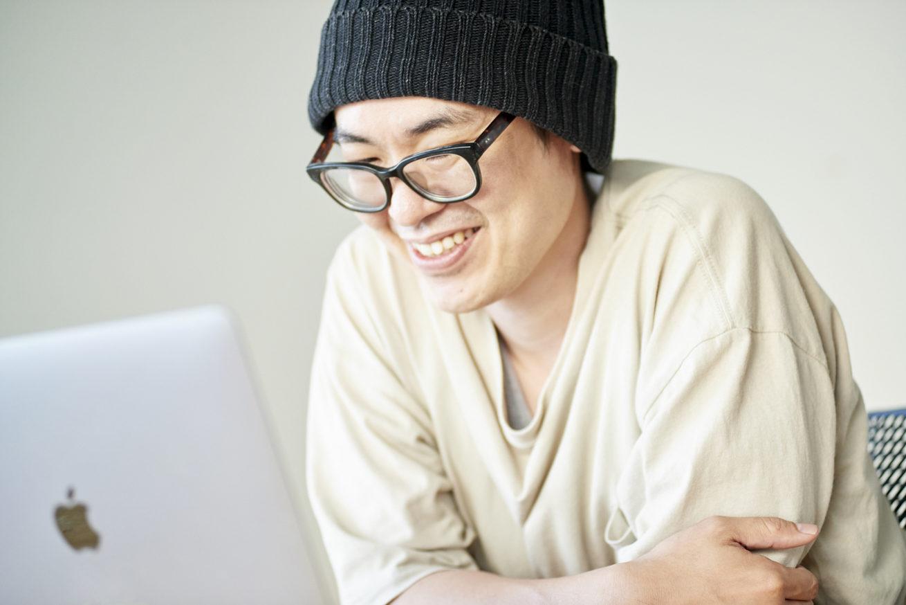 パソコンに向かって笑顔で話すCTOづや