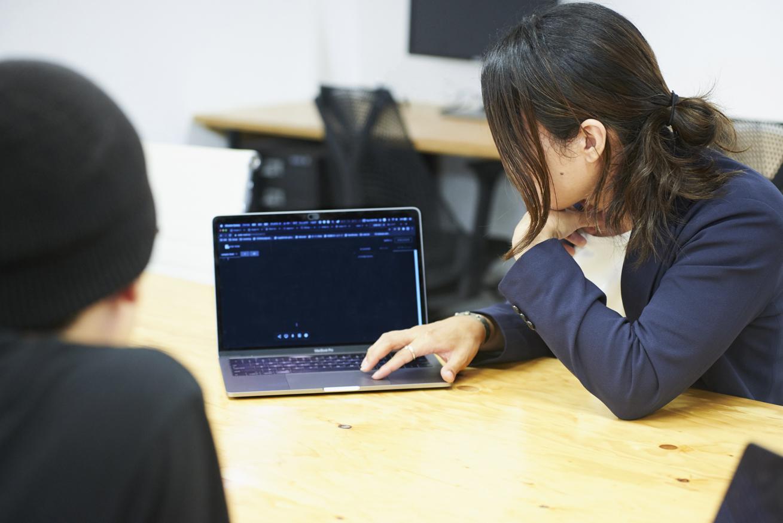 miraie空閑さんのパソコン画面を見ながら話をしている二人