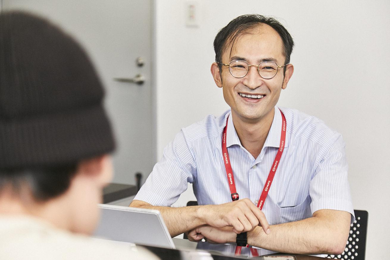 笑顔で話す小崎さんの写真