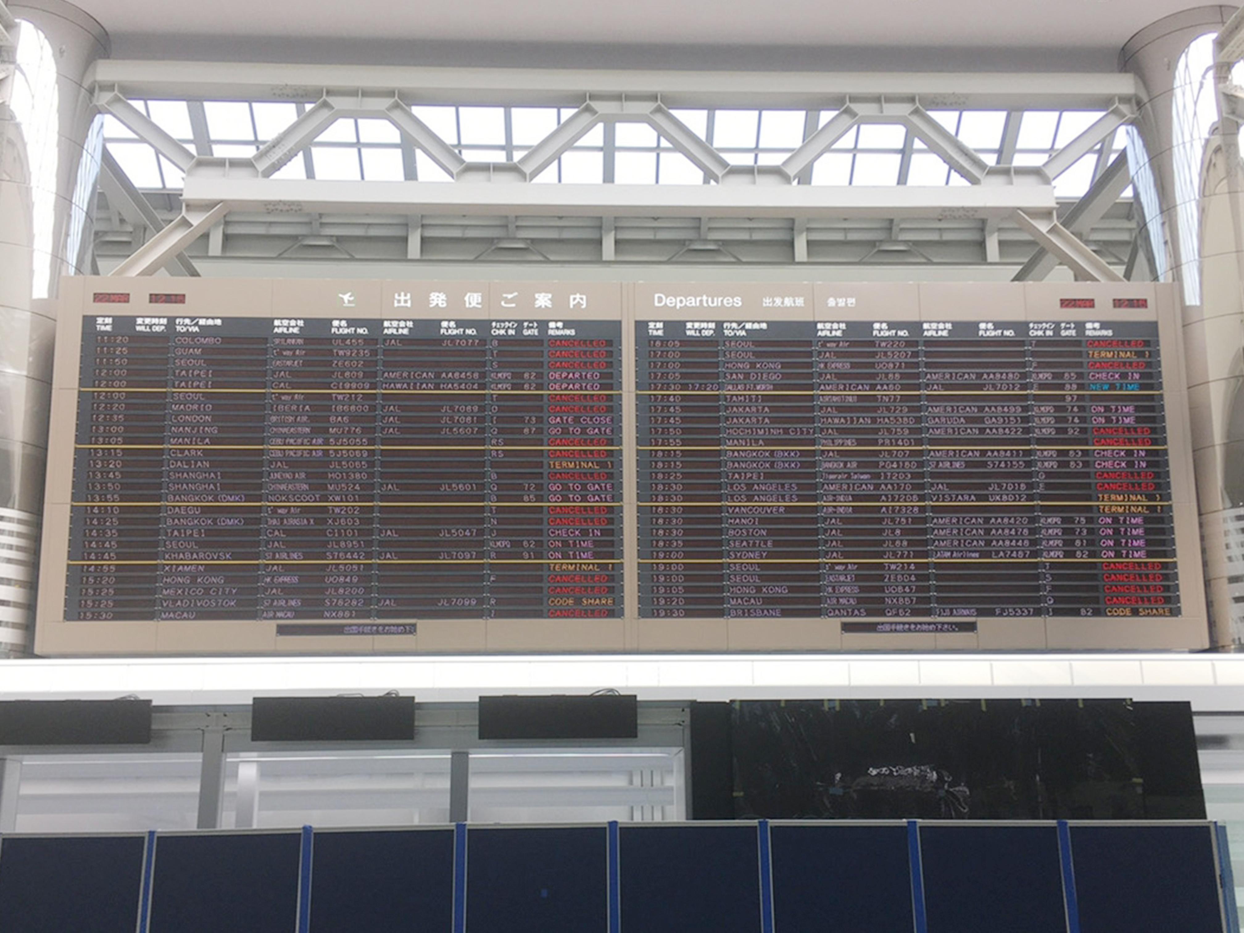 3月のフライト表。怒涛のキャンセル(赤字)ラッシュ。