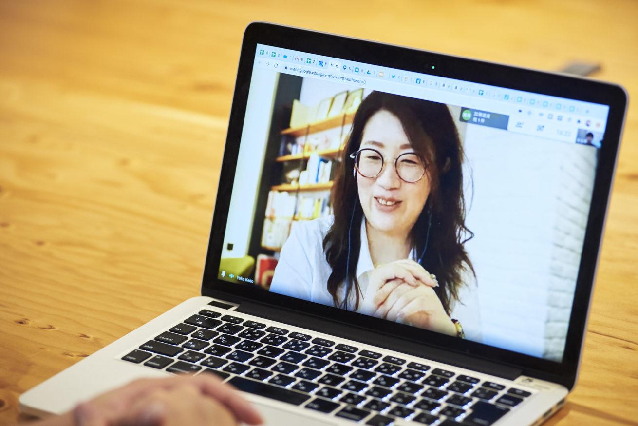 PCの中で笑顔のSTUDIO米子 桂藤さん