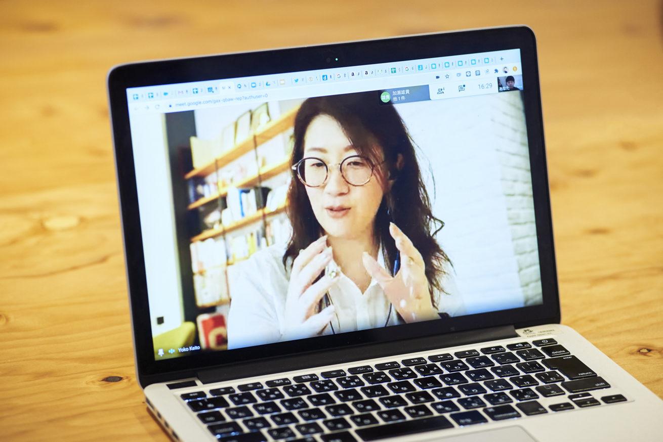 ジェスチャーを交えて会話をするSTUDIO米子 桂藤さん