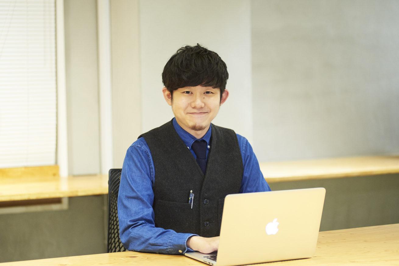 PCを触りながら微笑んでいるペイ