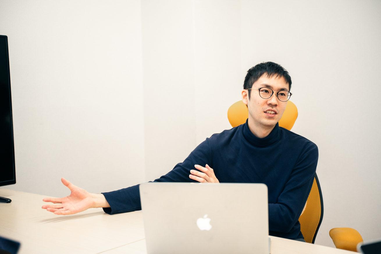 PCをひらきながら会話をするユーティル岩田社長