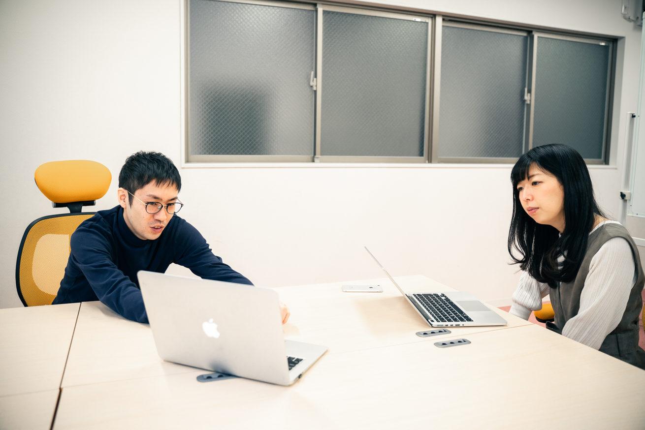 岩田社長のPCを見る2人