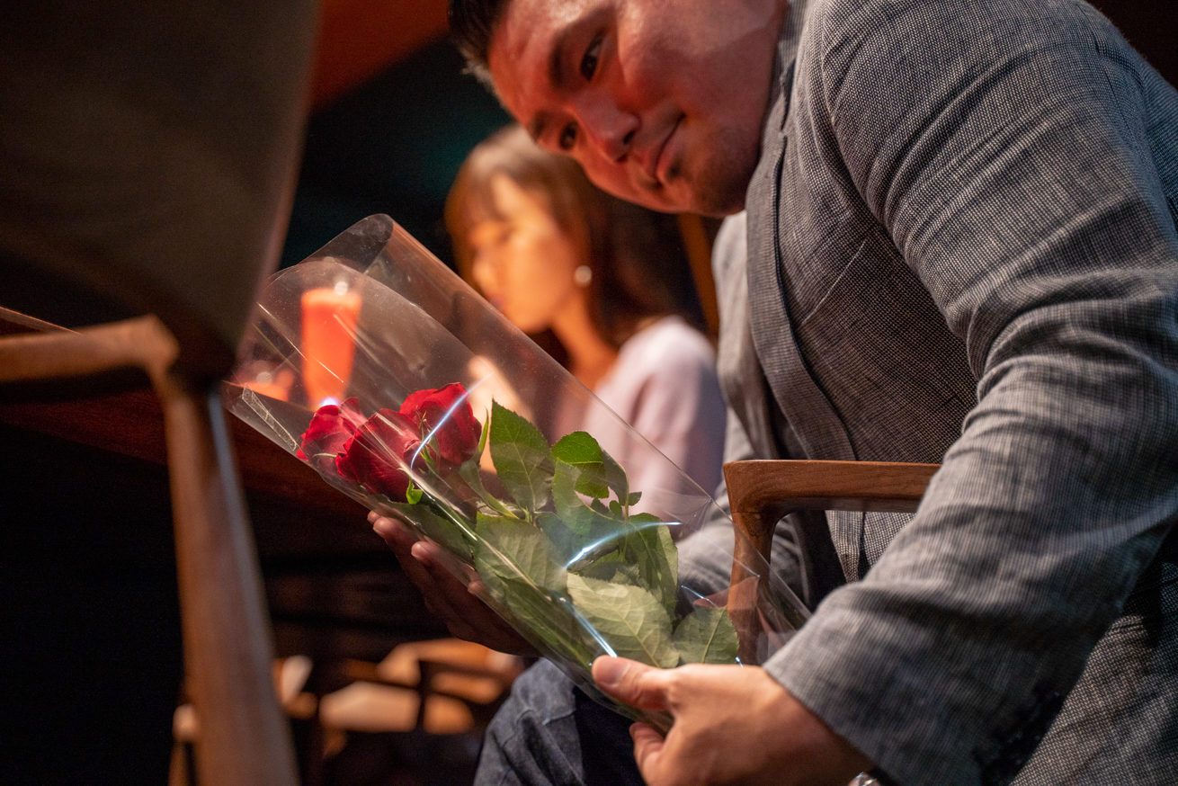 バラの花を出そうとするジョニー02