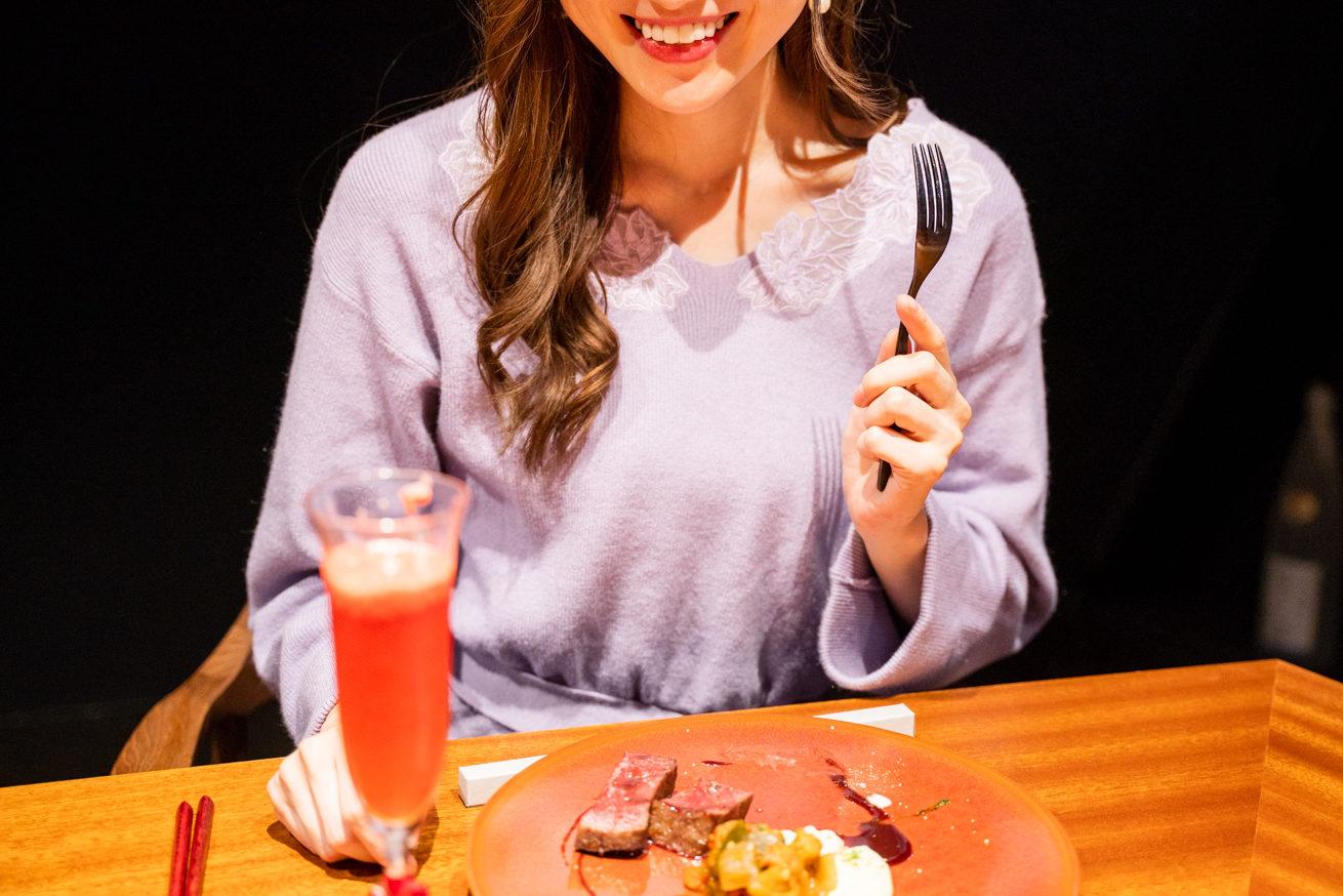正面向いて美味しそうに笑う花子