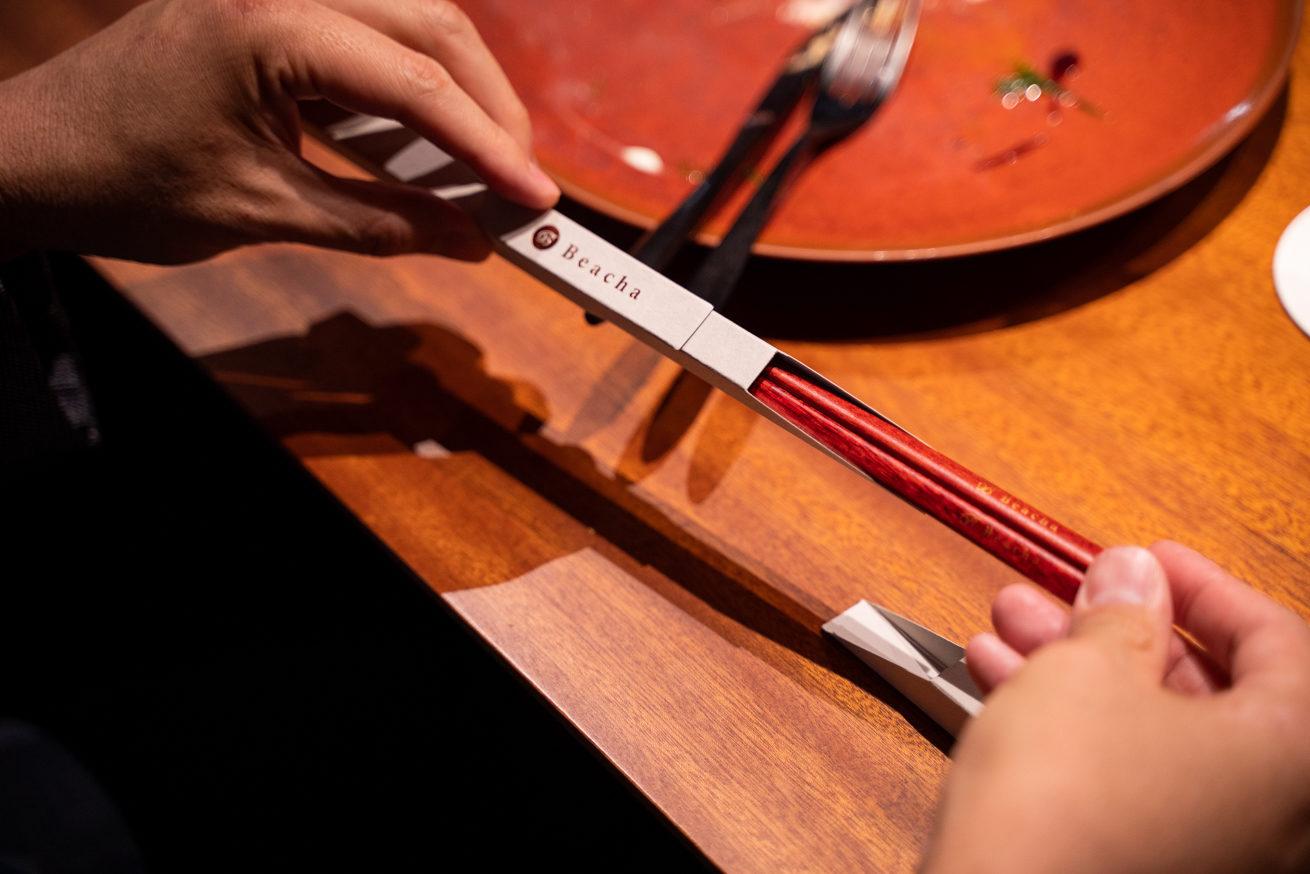 お店の名前が彫られたお箸