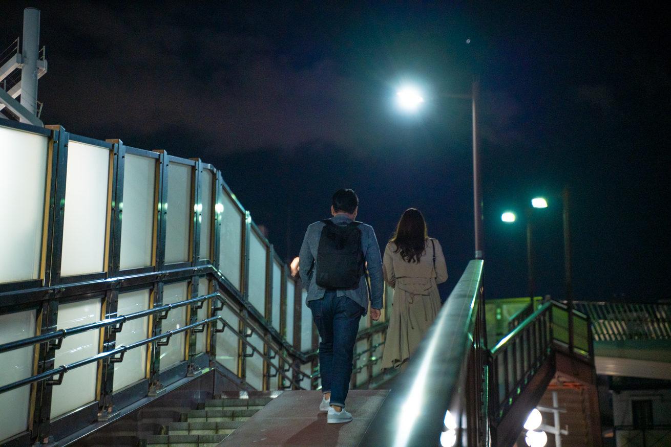 階段を上がる2人(後ろ姿)