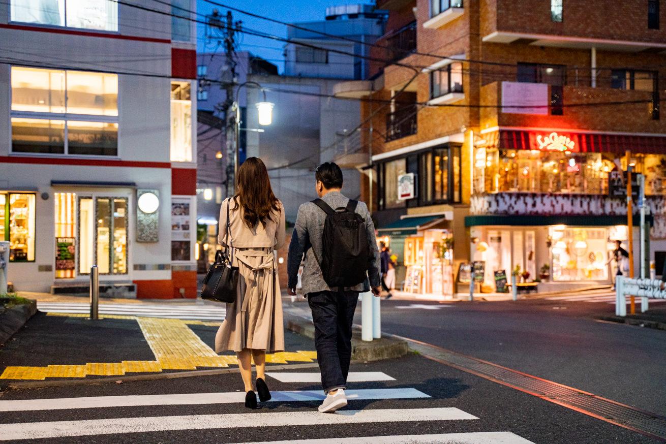 お店に向かう途中の2人(後ろ姿)