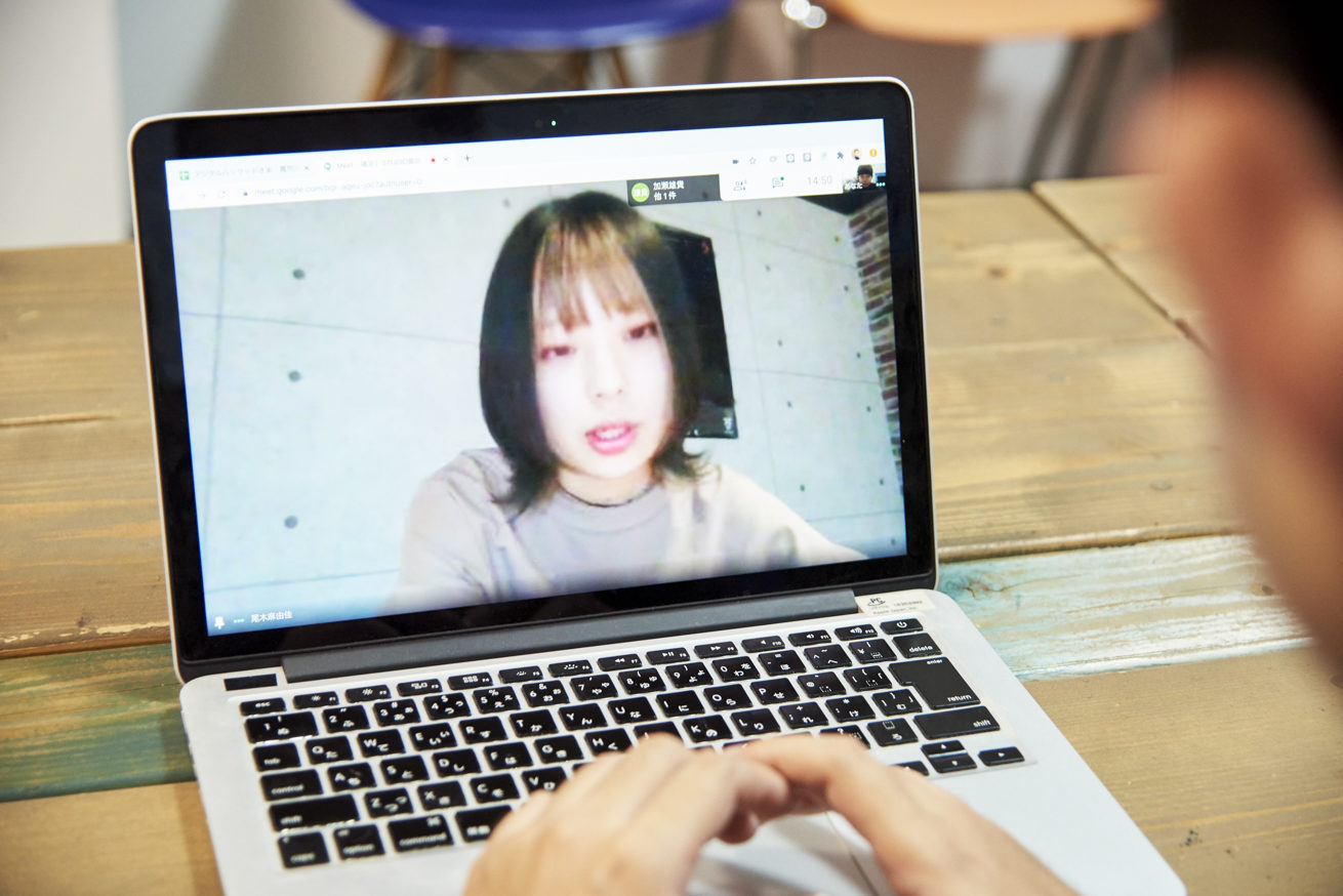ペイの左肩から撮影したPCの中のSTUDIO姫路 尾木さん