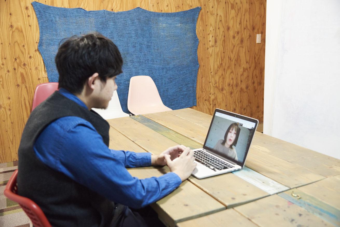 横から撮影したペイとPCの中のSTUDIO姫路 尾木さん