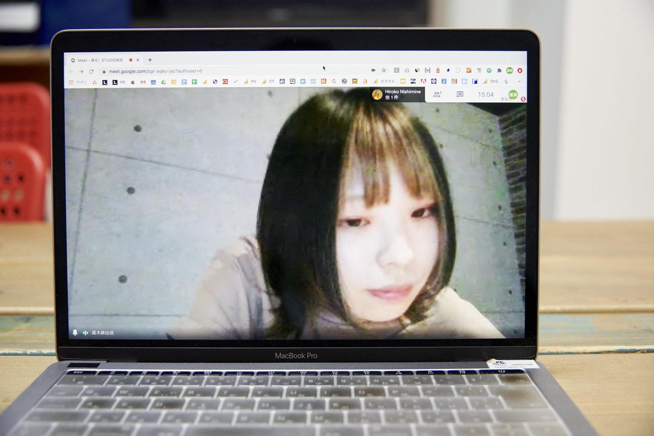 PCの画面に大きく映し出されたSTUDIO姫路 尾木さん
