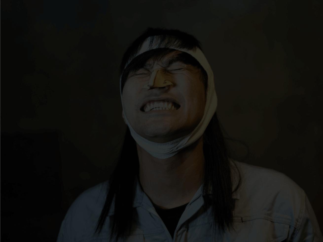 悔しい顔をするイトウ5(だんだん暗くなる)
