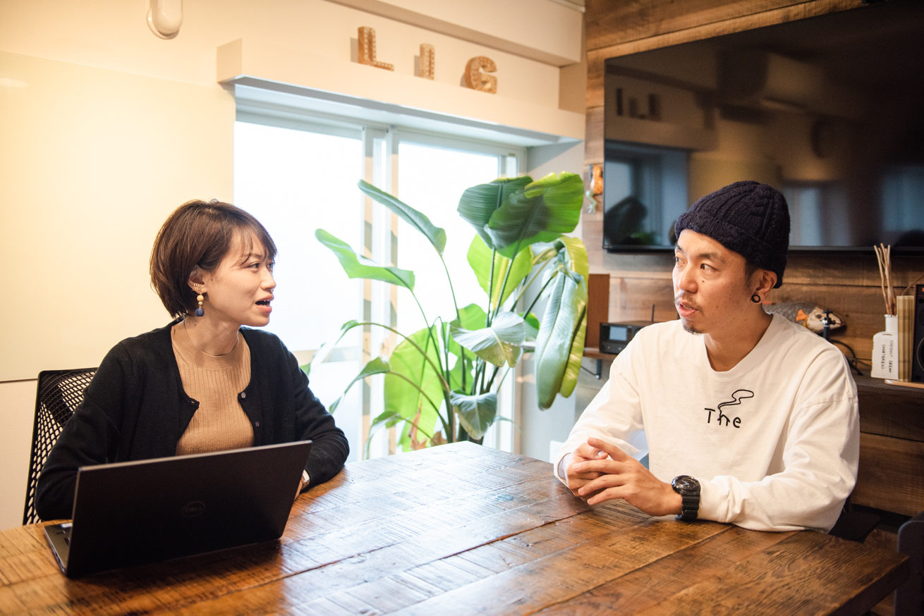 LIG社長吉原ゴウとLINE WORKSの篠田さんが座って話している写真