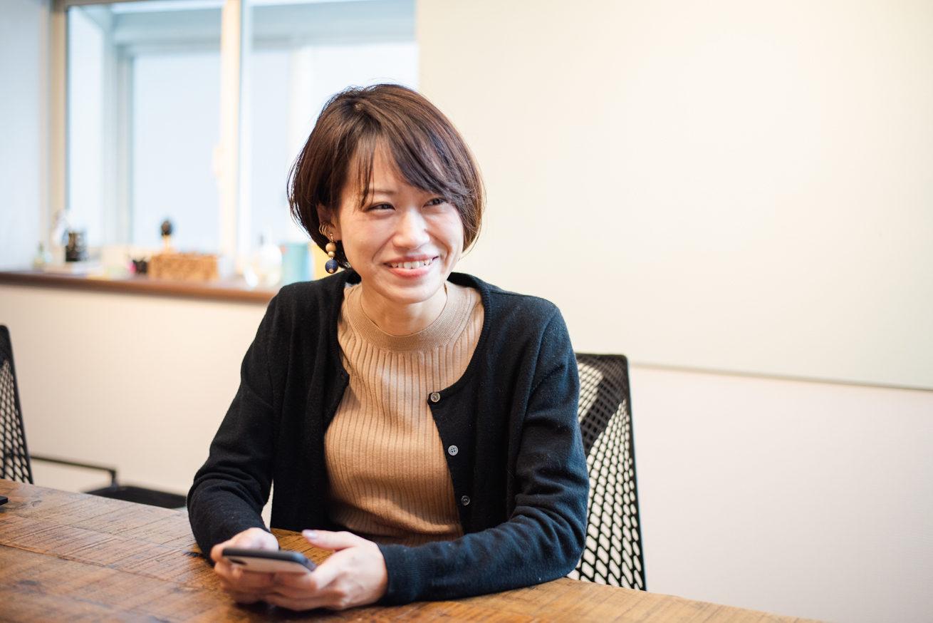 スマホを持ちながら笑顔のLINE WORKS 篠田さん