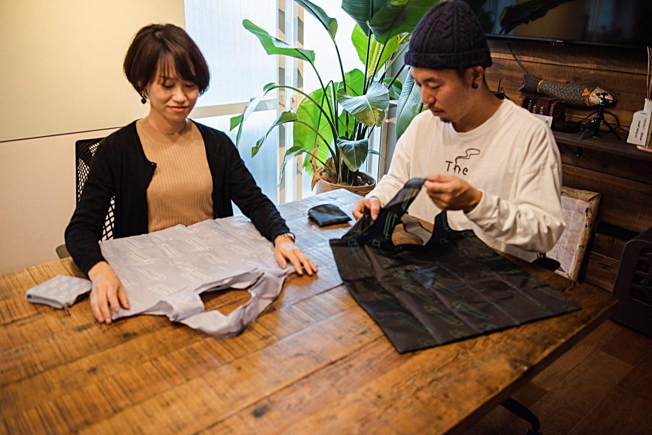 エコバッグを広げて説明するLINE WORKS 篠田さん