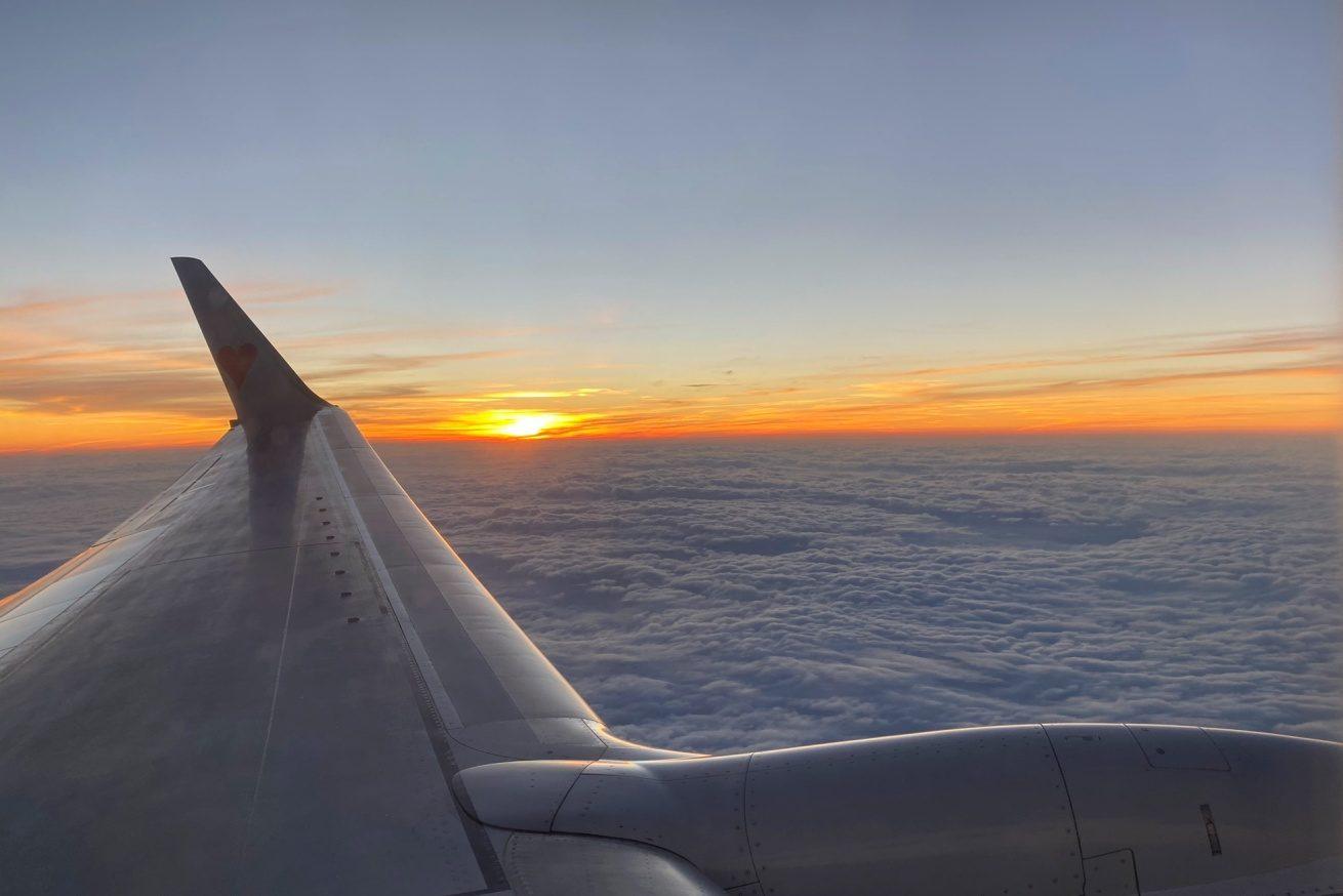飛行機の窓から見えた雲海