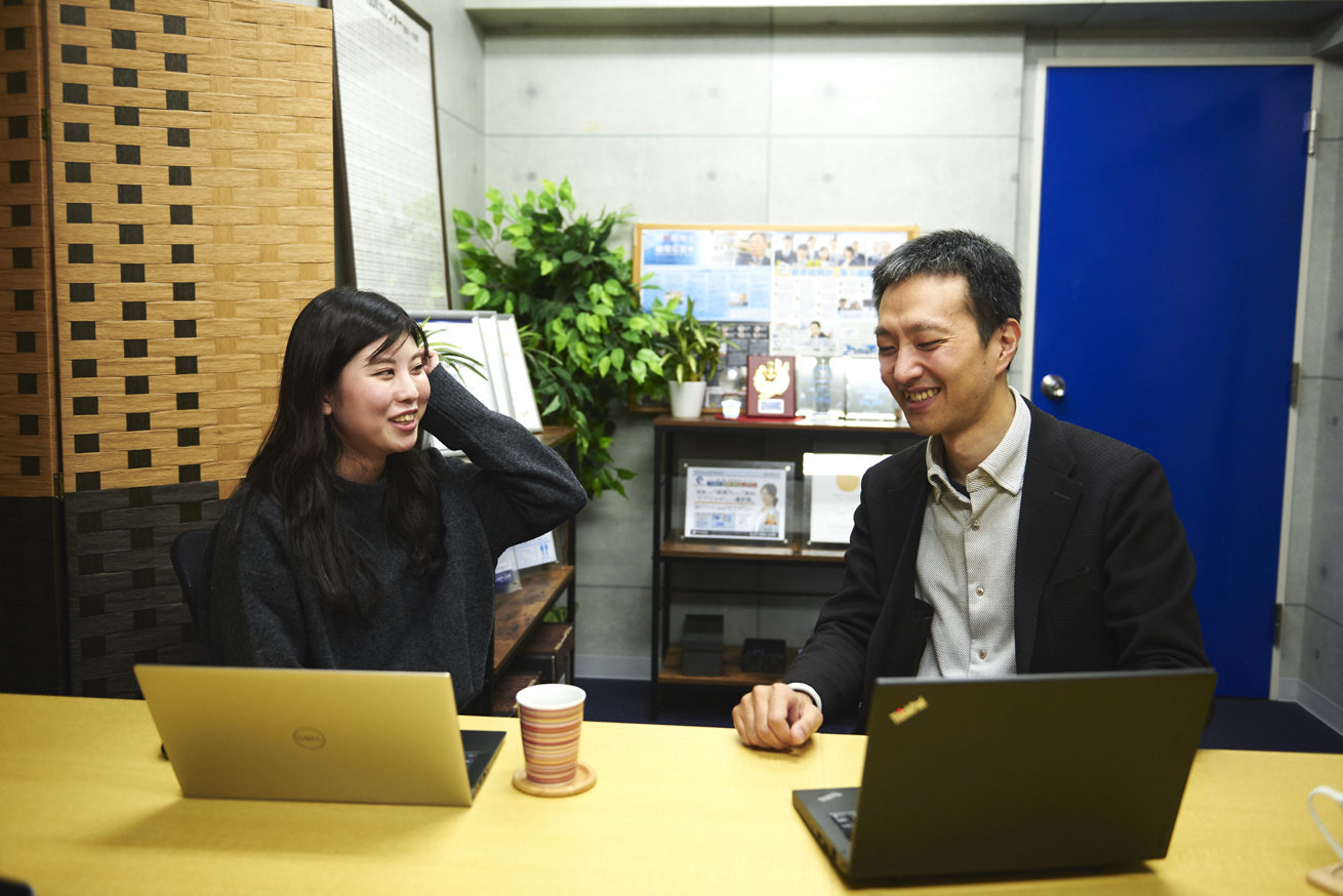 洲崎さんと星野さんが笑顔で話しているカット