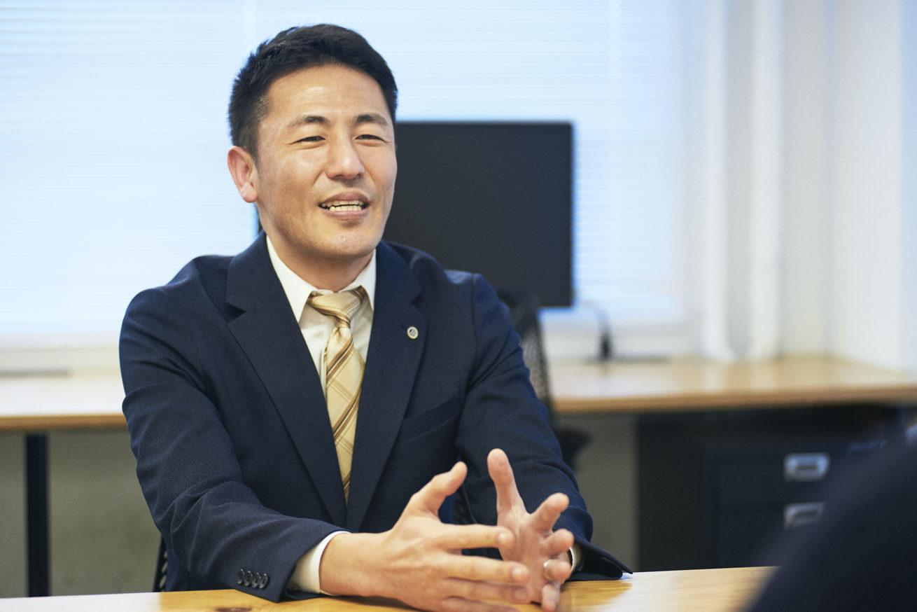 笑顔で話す鈴木社長
