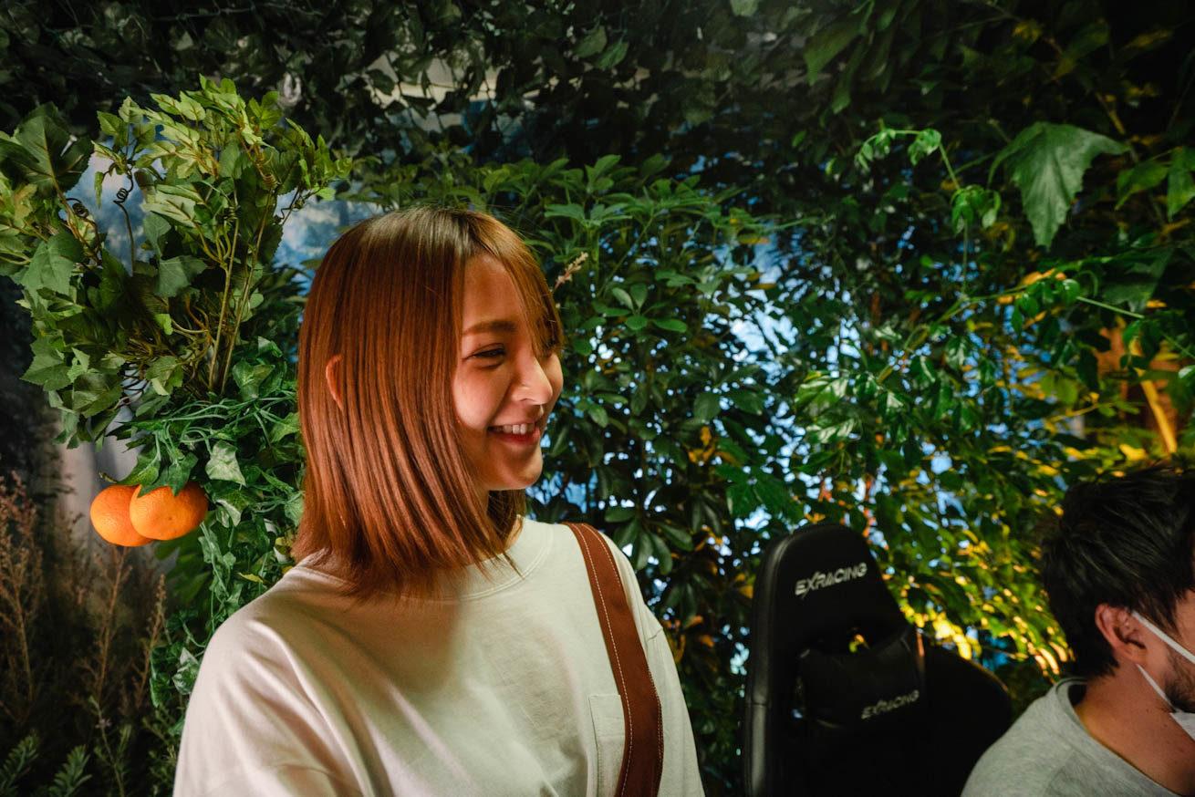 横から撮影した笑顔の鈴木さん