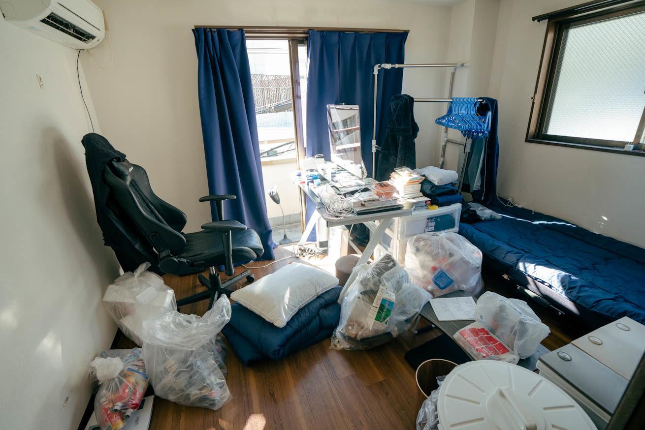 ゴミが散らかった汚い部屋