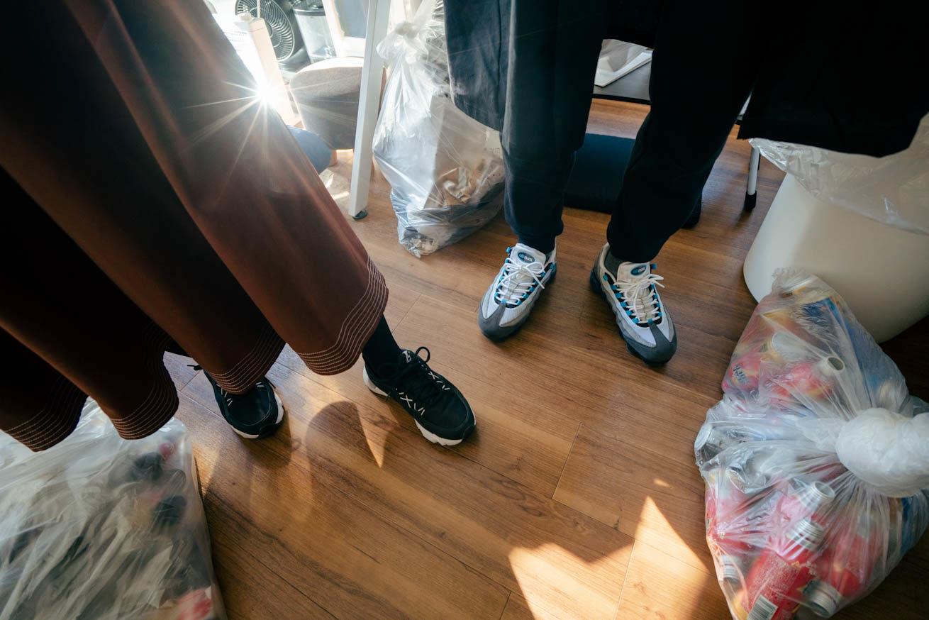 土足で上がっていることがわかる2人の靴が映された写真