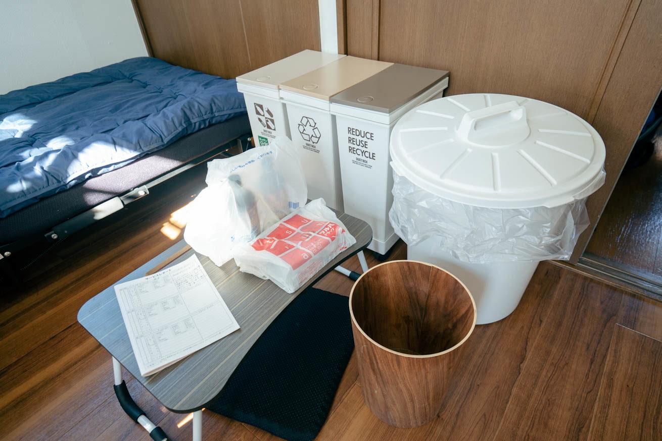 ゴミ箱が5つ映っている写真