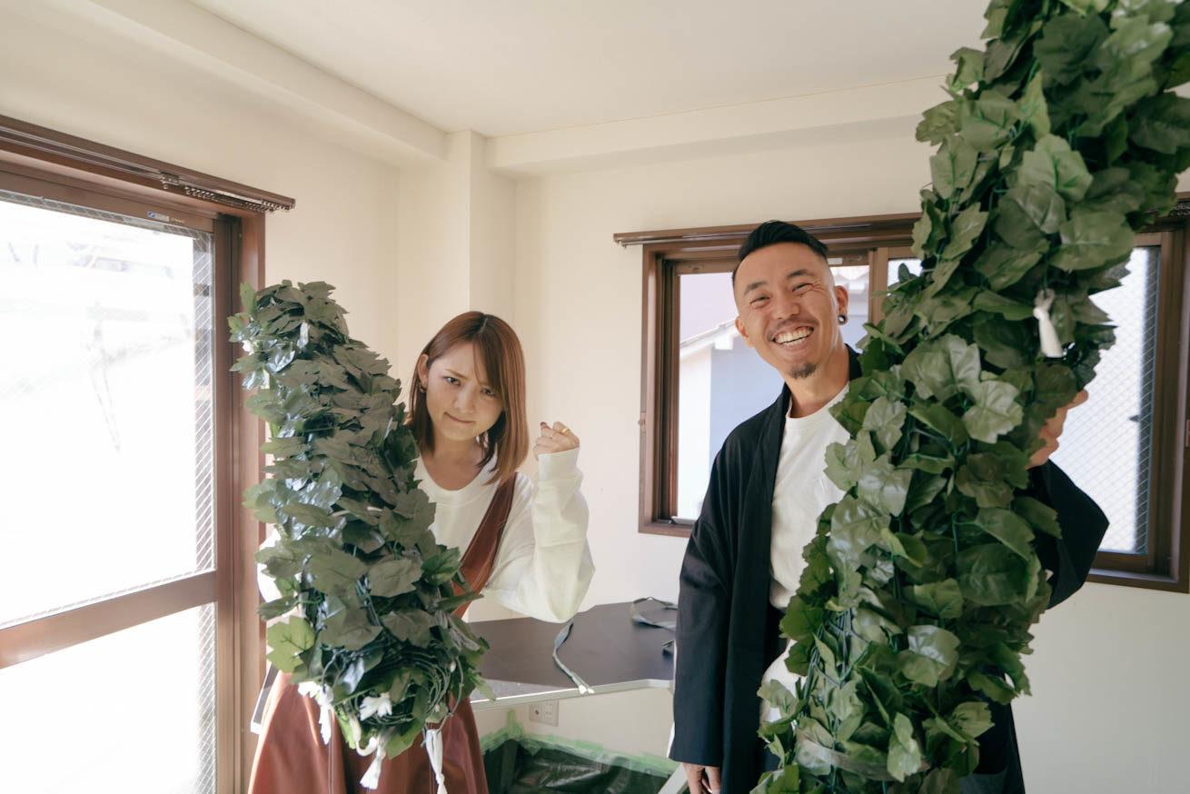 天井に付ける大きめの装飾を持ちながらカメラ目線の2人