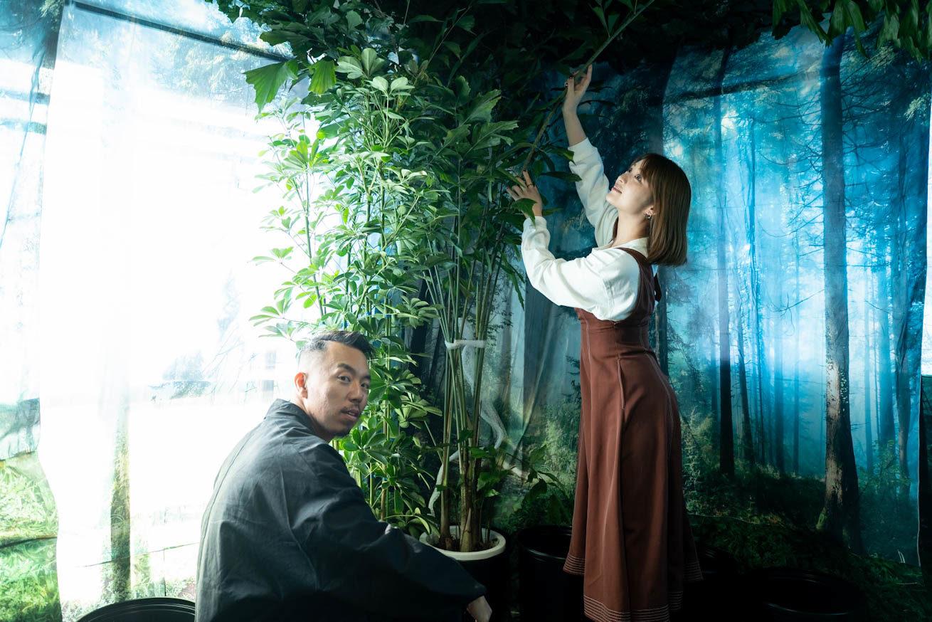 観葉植物を設置している2人