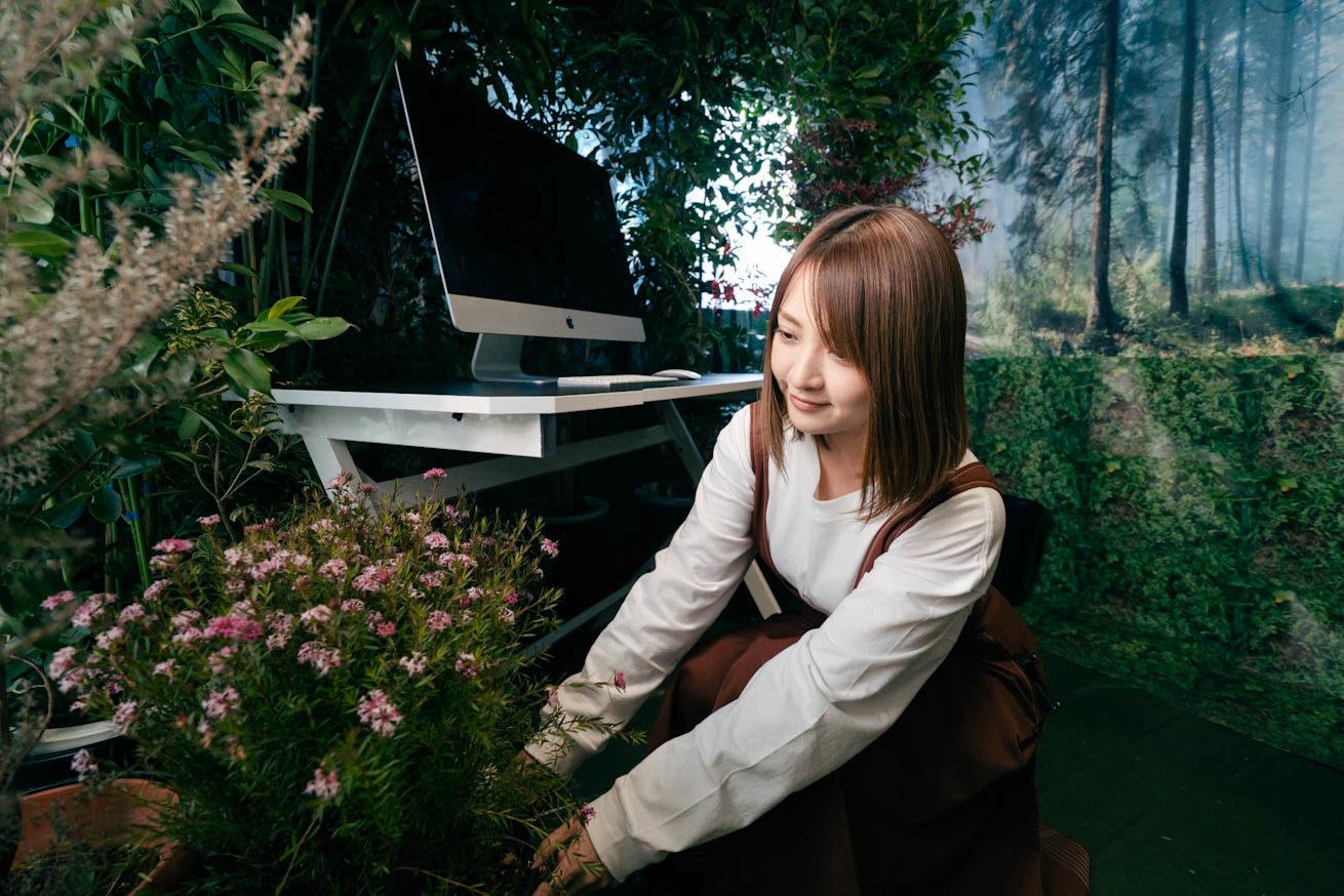 植物のレイアウトを考えながら作業をする鈴木さん