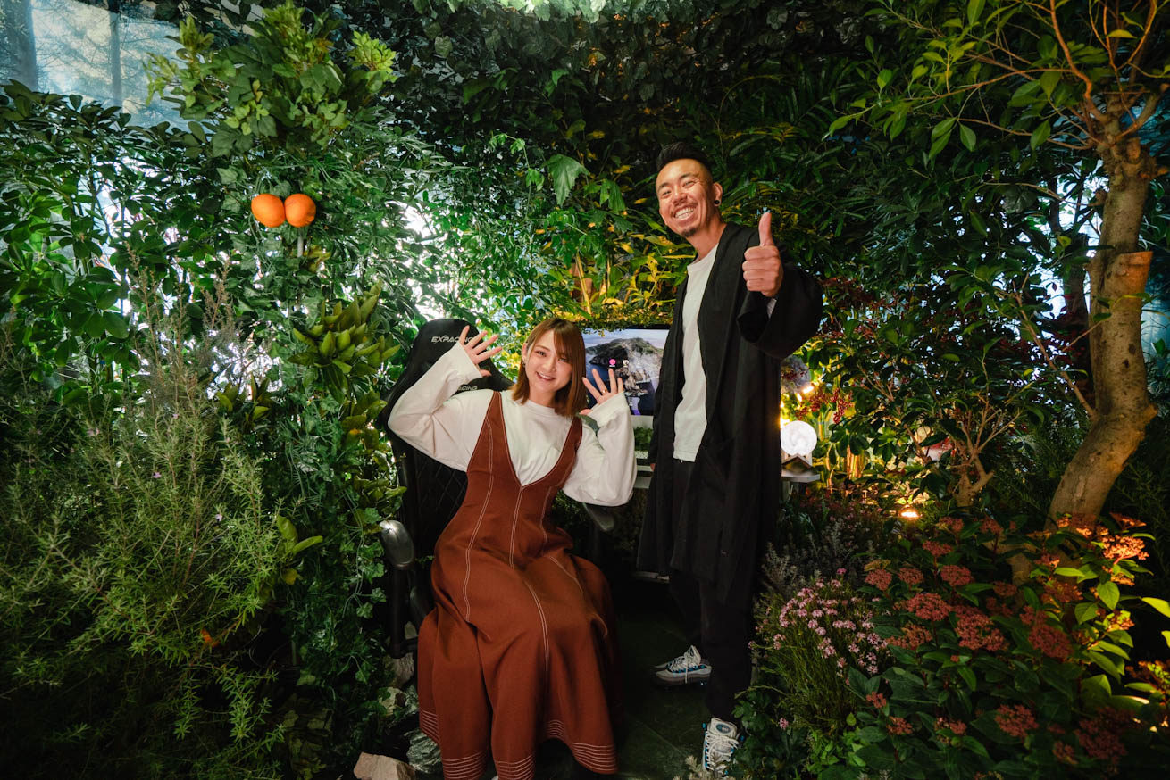 完成した森の部屋で満面の笑みを浮かべる2人
