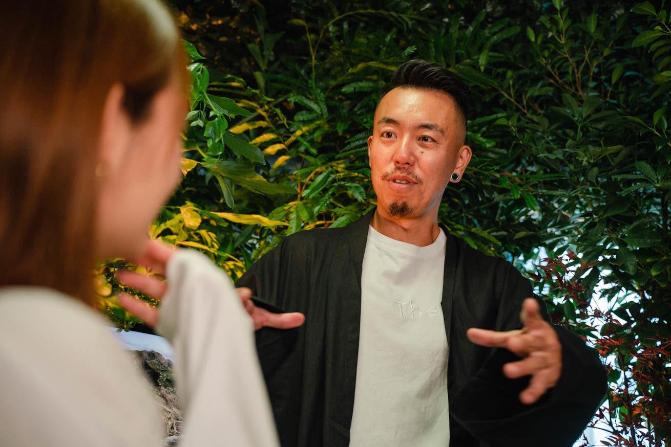 鈴木さんの肩越しから撮影したゴウが話している