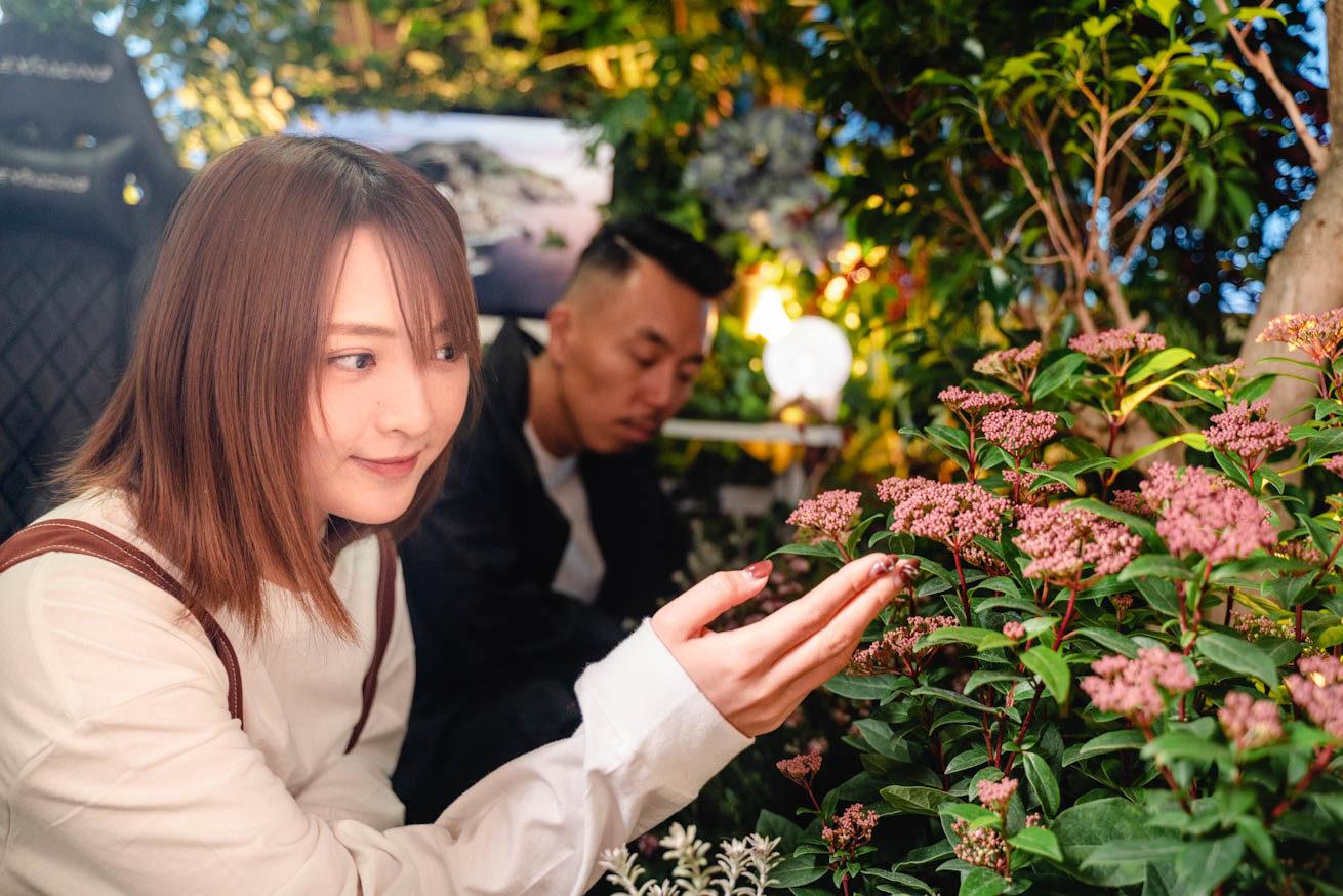 花を触っている鈴木さん
