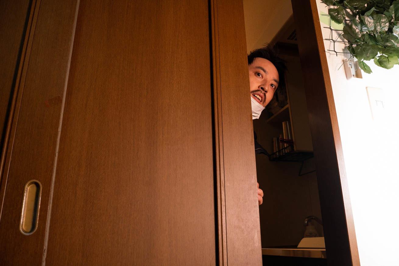 少しドアが開き、そめひこの顔が登場