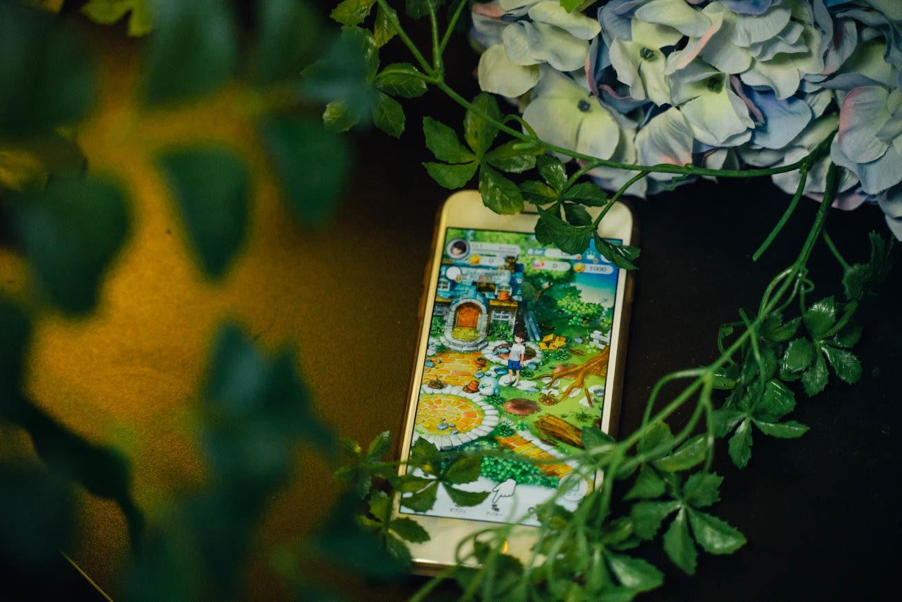 スマホに恋庭の画面が映された写真
