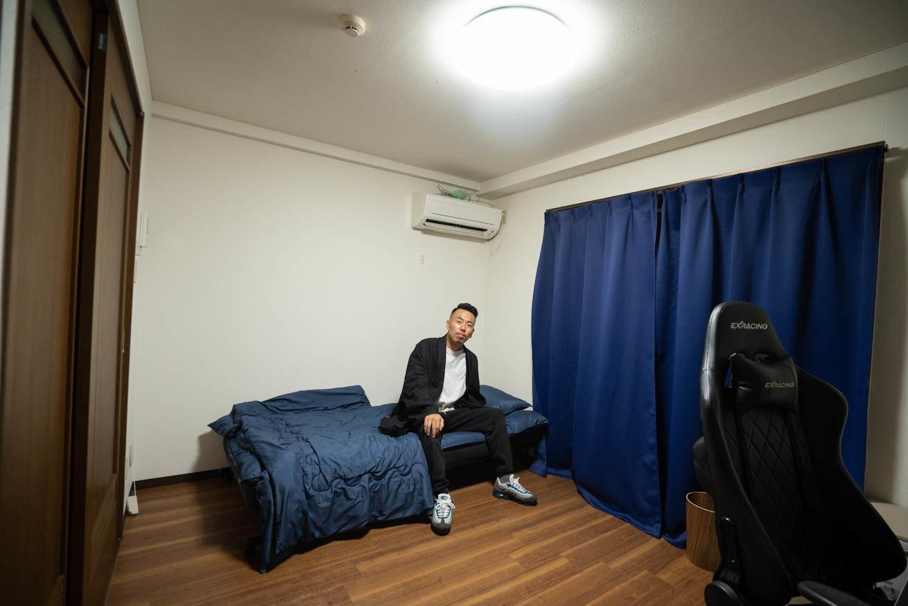 ベッドに腰掛けるゴウ