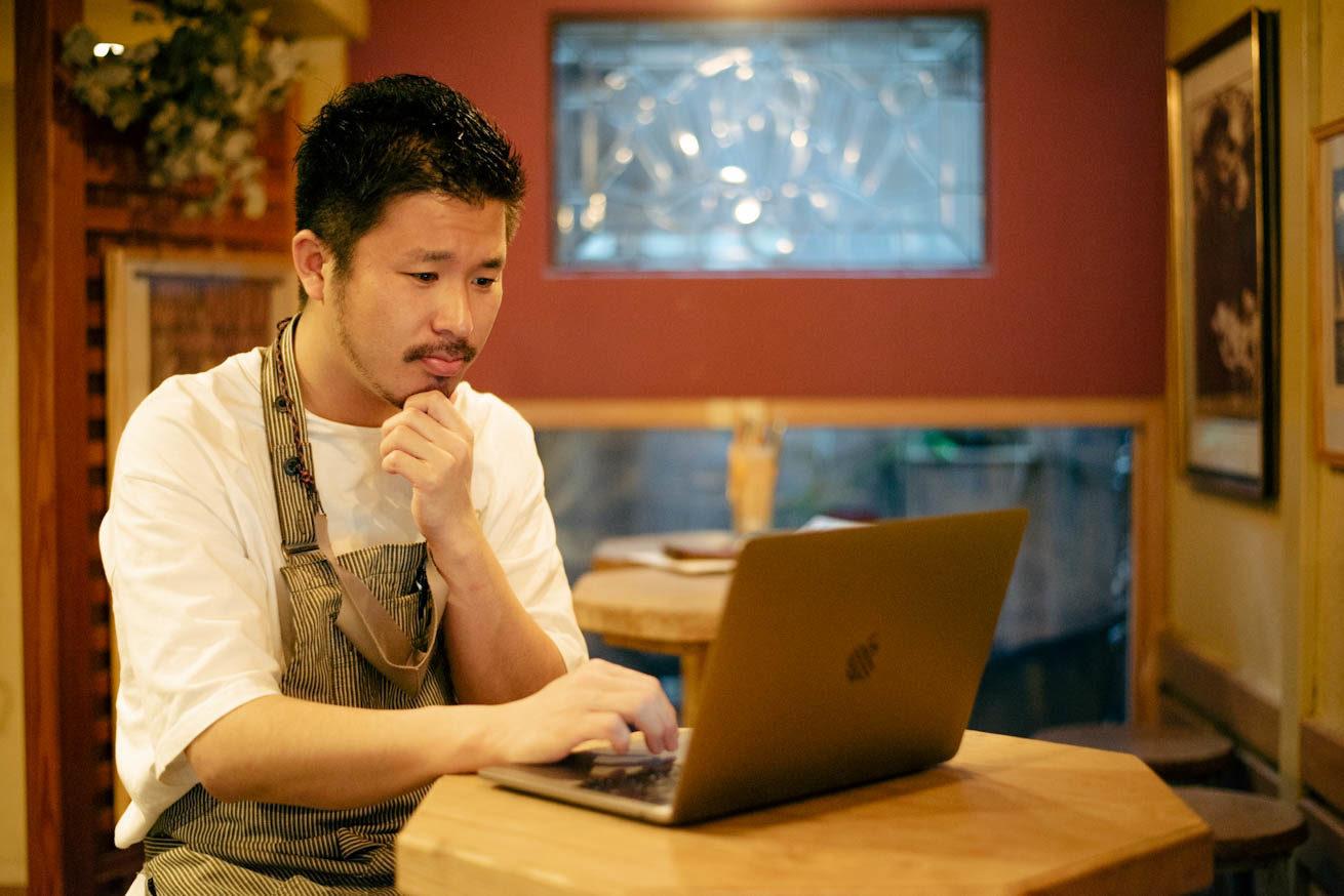 PCを見て悩ましげな表情の堀田さん