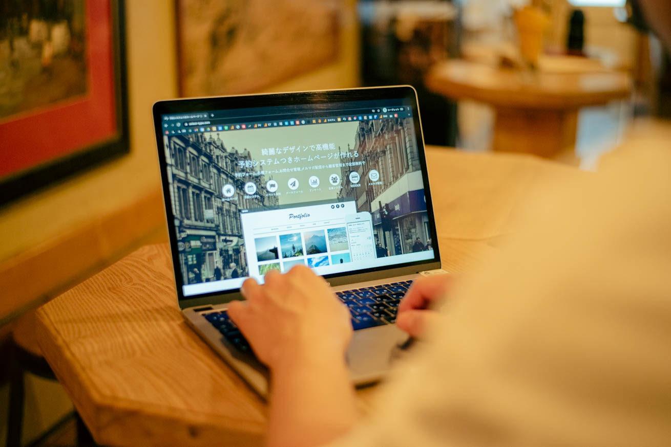 PCの画面にSELECTTYPEのTOPページが表示されている写真