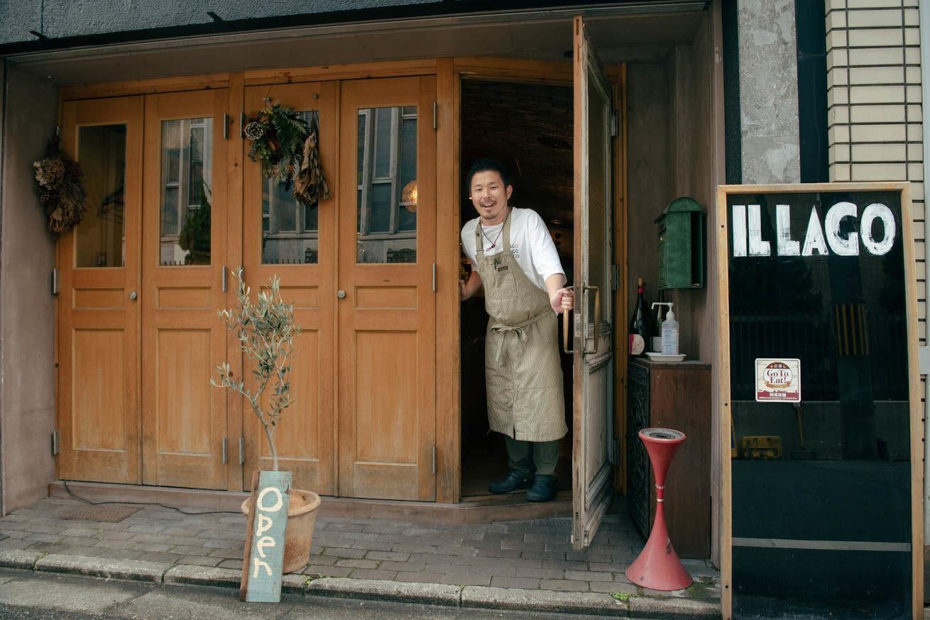 お店から顔を出している堀田さん